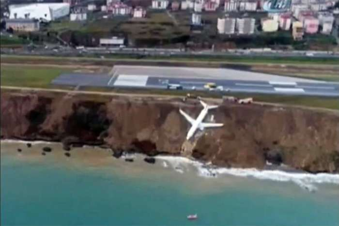 Putnički avion u Turskoj prilikom slijetanja na aerodromsku pistu završio u provaliji (VIDEO)