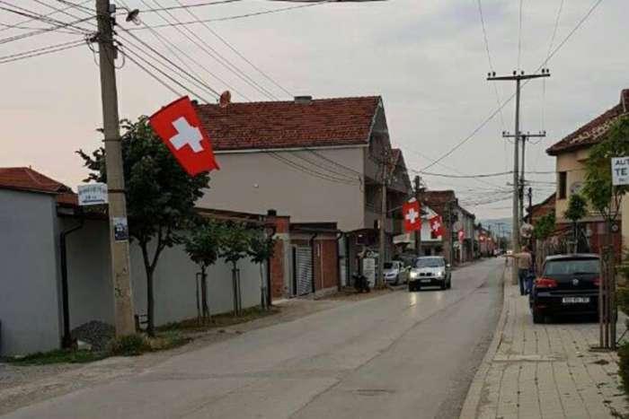 Švajcarske zastave na Kosovu pred okršaj sa Srbijom