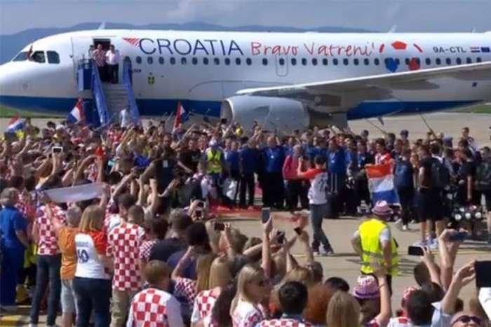 """""""Vatreni"""" sletjeli u Zagreb, desetine hiljada ljudi na Trgu bana Jelačića"""