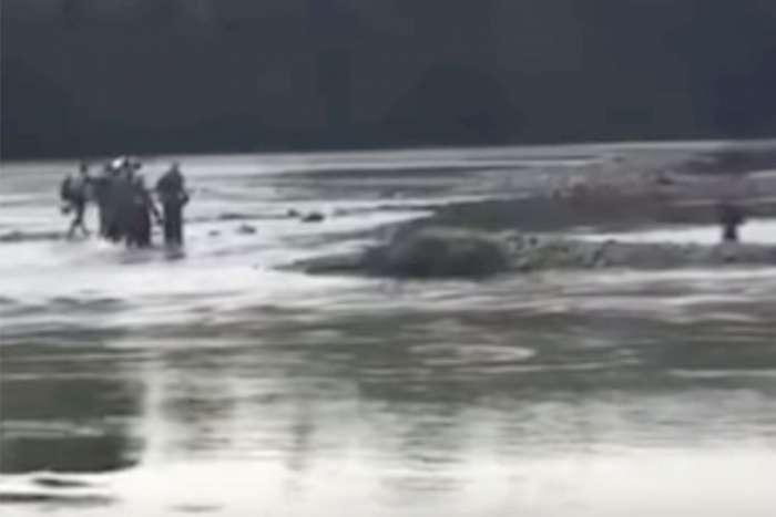 """Migranti koji su se """"nasukali"""" na riječno ostrvo kod Zvornika vraćeni u Srbiju"""
