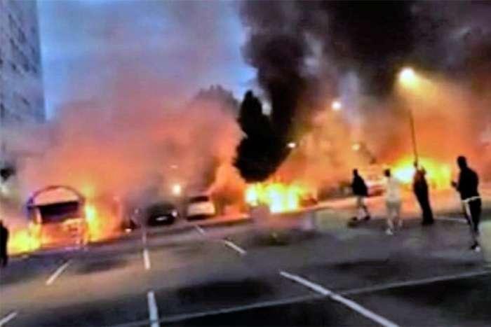 Mladi palili automobile i napadali policiju u Švedskoj