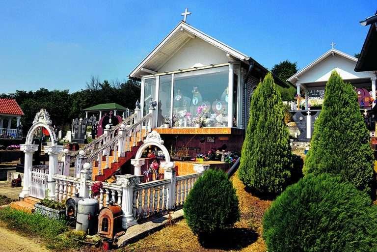 Luksuz na srpski način: Ove grobnice imaju namještaj, televizore, stolnjake i baštenske stolice