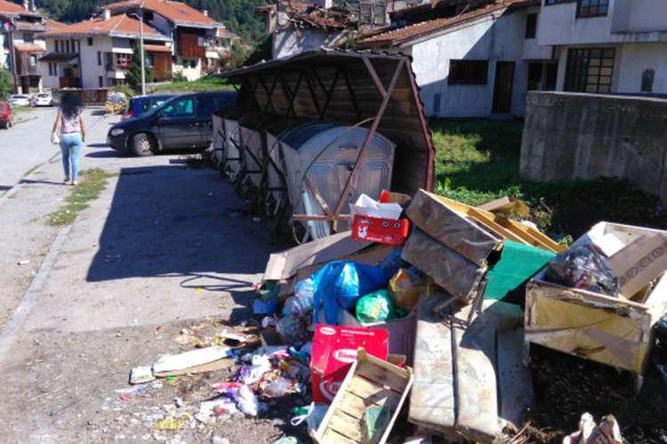 Umjesto na deponiji, kabasti otpad pored kontejnera