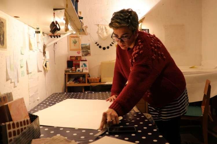 Banjalučanka njeguje stare tehnike uveza svesaka (FOTO)