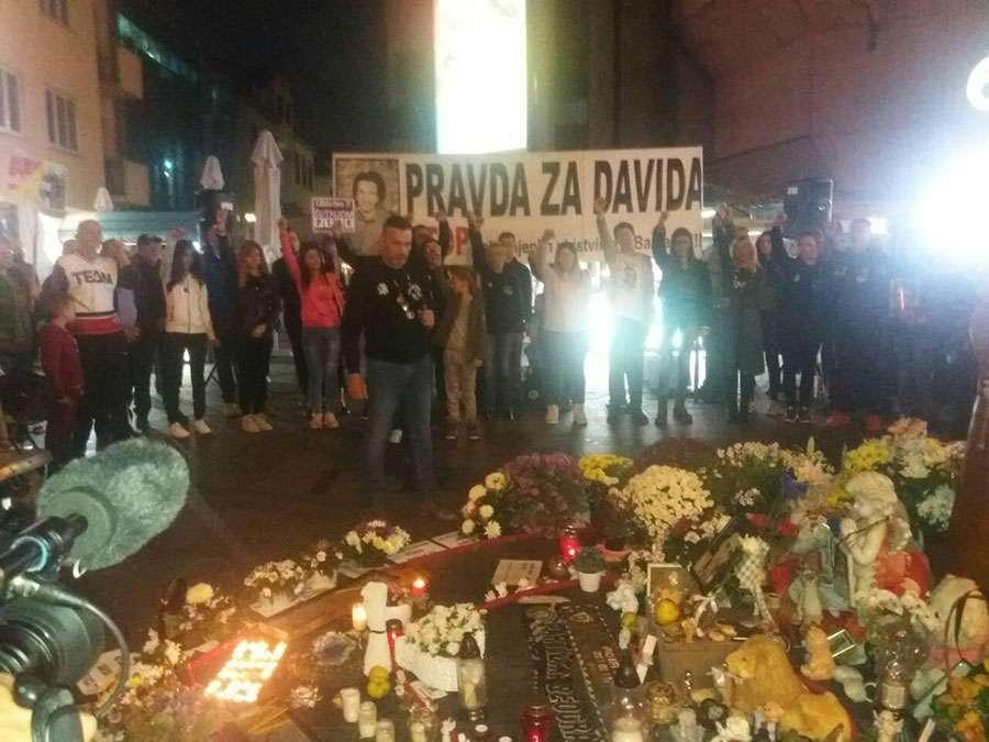 Okupljanje na Trgu Krajine počelo MINUTOM ĆUTANJA za ubijenog Bojana Milovanovića (VIDEO)
