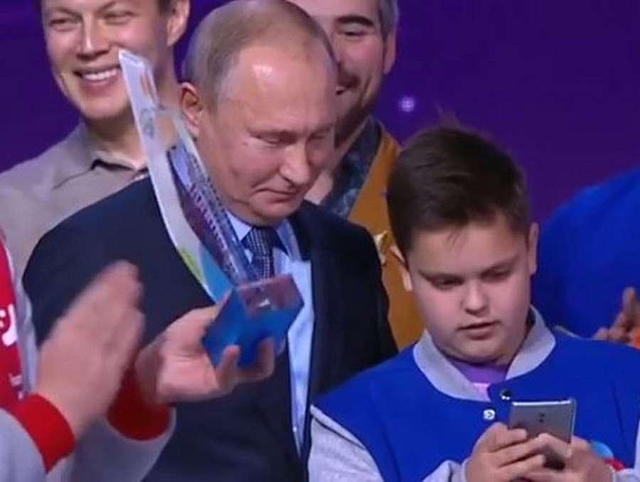 Ovaj dječak je zamalo propustio selfi sa Putinom zbog problema sa telefonom, ali onda je stigla podrška (VIDEO)