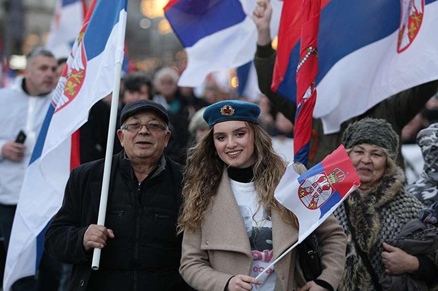 """""""UVIJEK UZ SVOJ NAROD"""" Hiljade ljudi dočekuje Putina ispred hrama Svetog Save u Beogradu"""