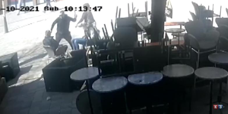 Kosovska Mitrovica- Napadnuti srpski mladići u bašti kafića (VIDEO)
