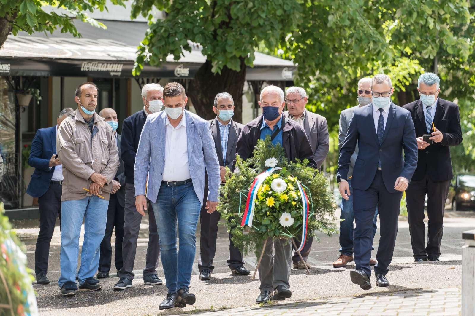 Prnjavor: Položeni vijenci na spomenik junacima grada