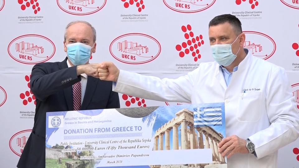 Grčki ambasador uručio ček od 50.000 evra UKC-u RS (VIDEO)
