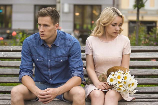 Pet znakova da ste u vezi sa muškarcem koji se boji duge veze i braka