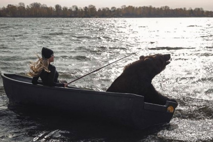 """Snimak djevojke i medvjeda u čamcu postao hit: """"Ponekad i vesla"""" (VIDEO)"""