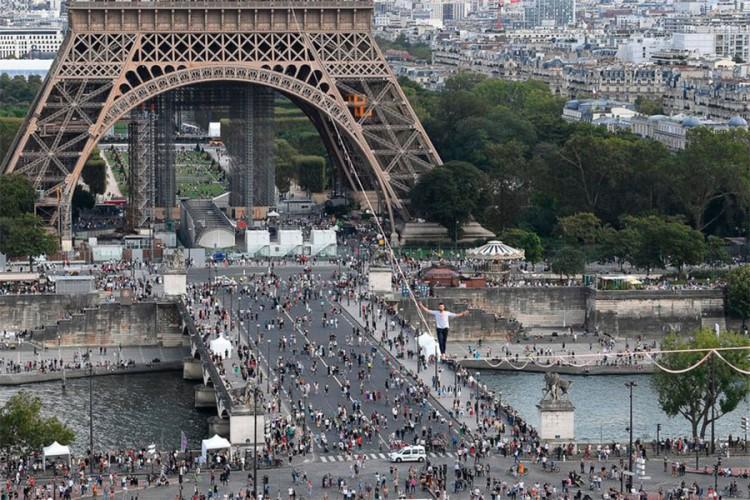 Francuski akrobata na užetu prešao Senu na 70 metara visine
