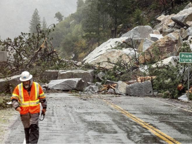 Snažna oluja pogodila Kaliforniju (VIDEO)